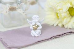Белый ангел Красивые розовые цветки на белом столе Стоковое Изображение
