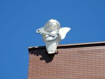 Белый ангел с статуей анкера на крыше, Литве Стоковая Фотография