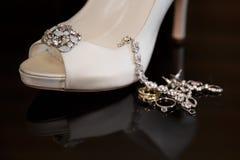 Белый ботинок свадьбы сатинировки с Bridal украшениями Стоковое Изображение RF