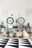 Белый велосипед в спальне ` s подростка Стоковое фото RF