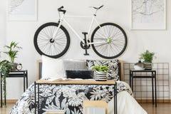 Белый велосипед в спальне ` s подростка Стоковая Фотография