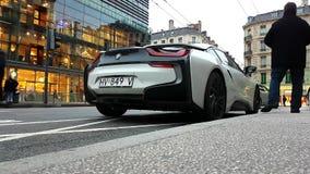 Белый вид сзади спортивной машины BMW i8 вставляемый гибридный видеоматериал