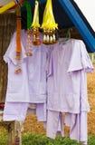 Белый висеть одежд. Стоковая Фотография RF