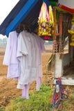 Белый висеть одежд. Стоковые Изображения RF