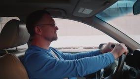 Белый водитель в заторе движения закрывает глаза для того чтобы принять дыхание Нервное расстройство из-за не двигать видеоматериал