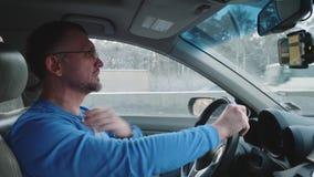 Белый водитель на руле получая нервен Положенная рука на шеи показывая он уставший акции видеоматериалы
