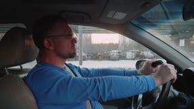Белый водитель пробурен в заторе движения Время захода солнца в зиме видеоматериал
