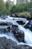 Белый водопад и черный утес Стоковые Изображения