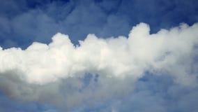 Белый густой дым против ясного голубого неба Куря труба сток-видео