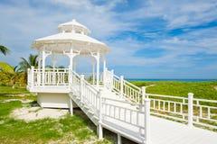 Белый деревянный павильон на пляже Варадеро в Кубе Стоковое фото RF