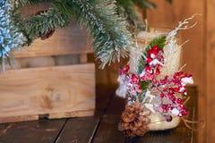 Белый держатель для свечи украшенный с конусом сосны и красной ashberry нижней рождественской елкой на деревянной предпосылке Стоковое Изображение RF
