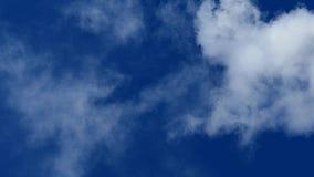 Белый дым против голубого неба Пар в воздухе сток-видео