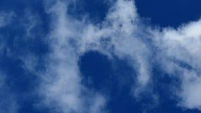 Белый дым против голубого неба Пар в воздухе акции видеоматериалы