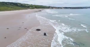 Белый залив парка, северная Ирландия, отснятый видеоматериал 4k трутня видеоматериал