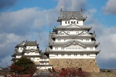 Белый замок Himeji на солнечном свете с предпосылкой голубого неба Замок Himeji также известный как белый замок цапли Стоковые Изображения