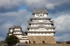 Белый замок Himeji на солнечном свете с предпосылкой голубого неба Стоковые Изображения
