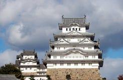 Белый замок Himeji на солнечном свете с предпосылкой голубого неба Стоковое Изображение