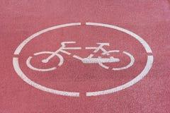 Белый знак велосипеда на красном пути велосипеда Стоковое Изображение RF