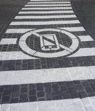 Белый знак на дороге которой середина не использует мобильный телефон пересекая на улице стоковое изображение rf