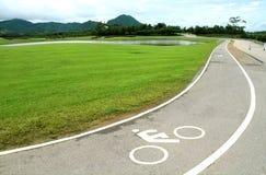 Белый знак уличного движения, символ майны велосипеда на дороге асфальта кривой Стоковые Изображения RF