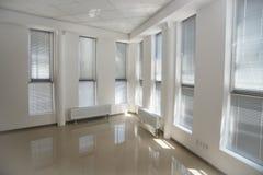 Белый интерьер офиса открытого пространства можно использовать как предпосылка стоковое изображение