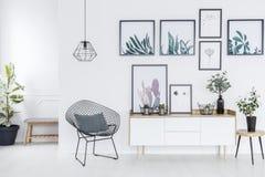 Белый интерьер anteroom с плакатами бесплатная иллюстрация