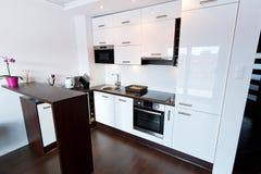 Белый и глянцеватый интерьер кухни Стоковые Фотографии RF