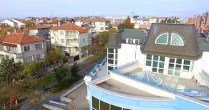 Белый и голубой в современной архитектуре взморья Pomorie в Болгарии