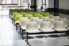 Белый и зеленый ждать стул Стоковое фото RF