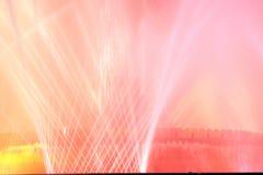 Белый и красный фонтан на ноче стоковое фото rf