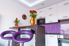 Белый и пурпуровый интерьер кухни Стоковые Фотографии RF