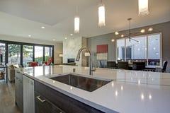 Белый и серый интерьер комнаты кухни с открытым планом здания стоковая фотография