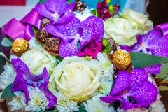 Белый и фиолетовый букет свадьбы стоковое изображение rf