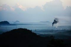 Белый и черный дым от фабрики. стоковые фотографии rf
