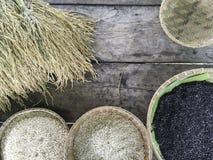 Белый и черный органический коричневый рис в круглым корзине сплетенной ротангом Стоковое Изображение RF