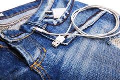 Белый кабель USB в шнуре USB джинсов карманном с джинсами pocket Стоковое фото RF