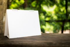 Белый календарь на зеленой нерезкости Стоковые Изображения RF
