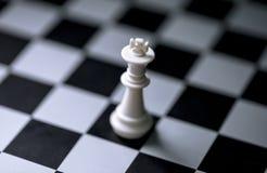 Белый король на шахматной доске Диаграмма шахматов на checkered доске Стоковая Фотография RF