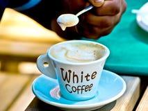Белый кофе, кофе эспрессо со своим славным foarm Стоковое Изображение RF