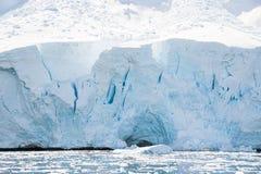 Белый ледистый пляж в Антарктике Стоковая Фотография RF