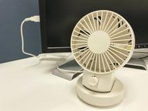 белый милый вентилятор USB портативной машинки подключает с компьютером ПК в офисе Стоковые Изображения RF