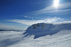 Белый наклон горы (Bucegi - Румыния) Стоковое Изображение RF