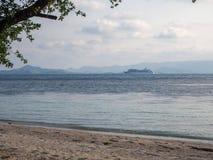 Белый паром плавая в море бирюзы к острову с облаками стоковые фотографии rf