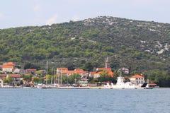 Белый паром причален в хорватской Марине города Mrljiane на острове Pasman около Zadar Древний город  стоковые фото