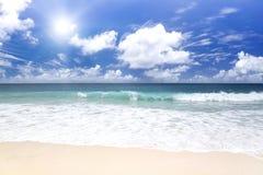 Белый песок коралла и azure индийский океан. Стоковое фото RF
