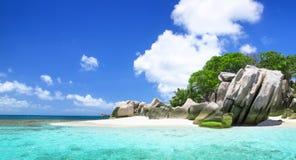Белый песок коралла на пляже а тропическом. Стоковое Изображение RF