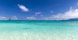 Белый песок пляжа коралла и azure индийский океан. Стоковая Фотография RF