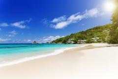 Белый песок пляжа коралла и azure индийский океан. Стоковые Изображения