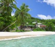 Белый песок пляжа коралла и azure индийский океан. Стоковые Изображения RF