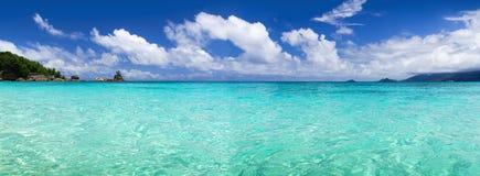 Белый песок пляжа коралла и azure индийский океан. Стоковая Фотография